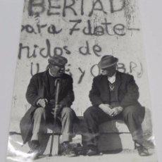 Postales - FOTOGRAFIA DE ABUELOS DEL POZO DEL TIO RAIMUNDO, VALLECAS, MADRID, MANIFESTACION DE LOS VECINOS SOLI - 75675163