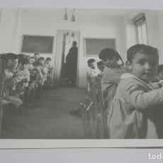 Postales: FOTOGRAFIA DE ESCUELA DEL POZO DEL TIO RAIMUNDO, VALLECAS, COLEGIO, AÑOS 70, FOTOGRAFIA F3, MADRID, . Lote 75677399