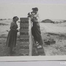 Postales - FOTOGRAFIA DE VECINOS DEL POZO DEL TIO RAIMUNDO, VALLECAS, Los vecinos levantan sus casas en terreno - 75683199