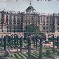 Postales: POSTAL MADRID - JARDINES DE SABATINI Y PALACIO NACIONAL - GARRABELLA - CIRCULADA - COLOREADA. Lote 78960521