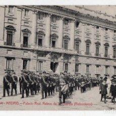 Postales: MADRID. PALACIO REAL. RELEVO DE LA GUARDIA. LOS ALABARDEROS. . Lote 82557488