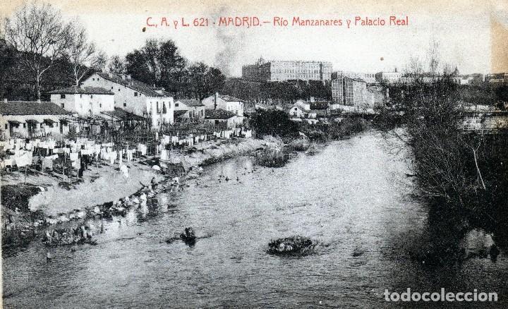 BONITA Y CURIOSA POSTAL DE MADRID MUJERES LAVANDO A MANO EN EL MANZANARES AL FONDO PALACIO REAL1920 (Postales - España - Comunidad de Madrid Antigua (hasta 1939))