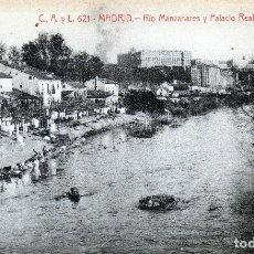 Postales: BONITA Y CURIOSA POSTAL DE MADRID MUJERES LAVANDO A MANO EN EL MANZANARES AL FONDO PALACIO REAL1920. Lote 118498791