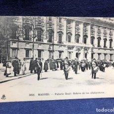 Postales: POSTAL ANTIGUA MILITAR GUARDIA REAL BANDA MUSICA MADRID PALACIO REAL RELEVO ALABARDEROS M P 5052. Lote 123416083
