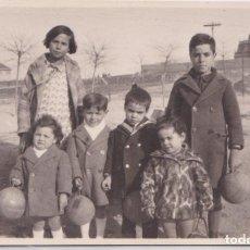 Postales: MADRID - NIÑOS EN CUATRO CAMINOS - FOTOGRAFICA. Lote 147951198