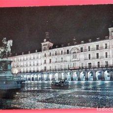 Cartoline: MADRID. 55 PLAZA MAYOR. VISTA NOCTURNA. DOMINGUEZ. USADA. COLOR. Lote 155644645