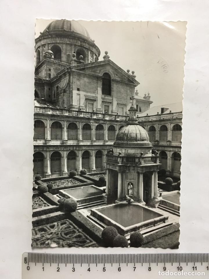 POSTAL. S. LORENZO DEL ESCORIAL. PATIO DE LOS EVANGELISTAS. EDIC. GARCÍA GARRABELLA Y CÍA. H. 1965?. (Postales - España - Madrid Moderna (desde 1940))