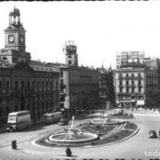 Postales: POSTAL DE MADRID 30 PUERTA DEL SOL, CIRCULADA 1954, CON SELLO DE FRANCO DE 40 CTS. CORTE ARTISTICO. Lote 168331516