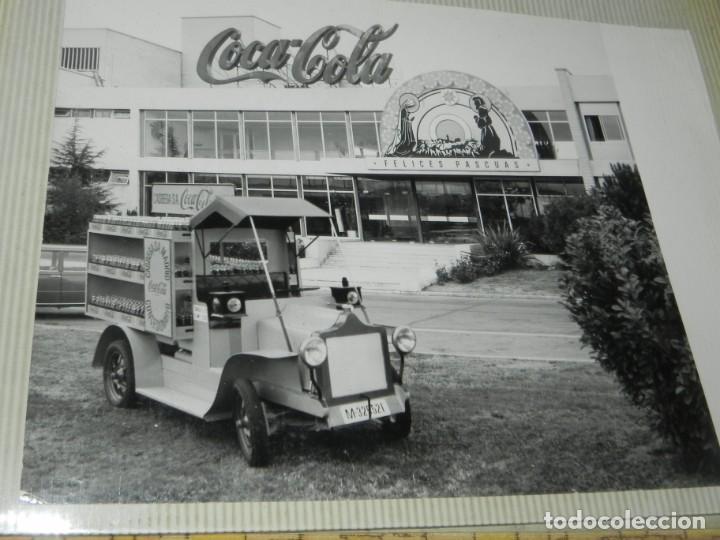 ALBUM CON 18 FOTOGRAFIAS DE LA CABALGATA DE REYES DE 1969 DE MADRID, CARROZAS DE COCA COLA, FANTA, D (Postales - España - Comunidad de Madrid Antigua (hasta 1939))