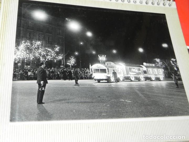Postales: ALBUM CON 18 FOTOGRAFIAS DE LA CABALGATA DE REYES DE 1969 DE MADRID, CARROZAS DE COCA COLA, FANTA, D - Foto 13 - 171018052