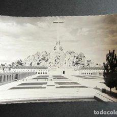 Postales: POSTAL FOTOGRÁFICA VALLE DE LOS CAÍDOS. VISTA DE LA CRUZ DESDE LA HOSPEDERÍA. PATRIMONIO NACIONAL. . Lote 171663443