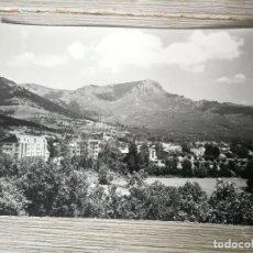 Postales: ANTIGUA Y BONITA POSTAL DE NAVACERRADA - VISTA PARCIAL AL FONDO LA MALICIOSA Y LA BOLA DEL MUNDO - N. Lote 176494400