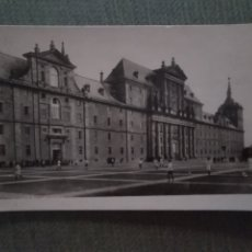 Postales: POSTAL SAN LORENZO DE EL ESCORIAL. FACHADA PRINCIPAL Y LA LONJA. Lote 182796488