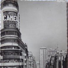 Postales: P-9608. MADRID. AVENIDA JOSÉ NANTONIO Y EDIFICIO CAPITOL. CIRCULADA. AÑO 1960. Lote 183293888