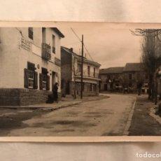 Postales: LOS MOLINOS (MADRID) POSTAL ANIMADA.., UNA DE SUS CALLES. LABORATORIO FOTOGRÁFICO ALBERTO (A.1961). Lote 183408687