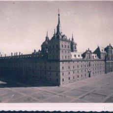 Postales: POSTAL MONASTERIO DEL ESCORIAL - FACHADA PRINCIPAL Y LONJA - ARRIBAS. Lote 184603260