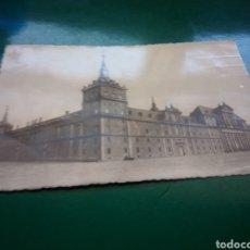 Postales: ANTIGUA POSTAL DE MONASTERIO DEL ESCORIAL DE MADRID. AÑOS 50. Lote 194198968