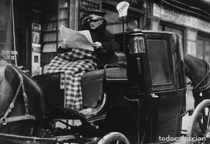 POSTAL DE LA FOTOGRAFÍA EL CONDUCTOR DEL SIMÓN LEE EL DIARIO, DE ALFONSO SÁNCHEZ PORTELA. (Postales - España - Comunidad de Madrid Antigua (hasta 1939))