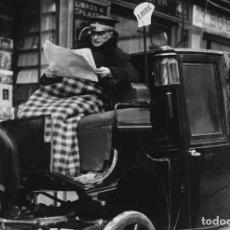 Postales: POSTAL DE LA FOTOGRAFÍA EL CONDUCTOR DEL SIMÓN LEE EL DIARIO, DE ALFONSO SÁNCHEZ PORTELA.. Lote 194529301
