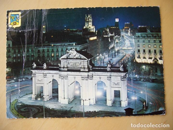 MADRID - PUERTA Y CALLE DE ALCALÁ. VISTA NOCTURNA (ESCRITA Y CIRCULADA) (Postales - España - Madrid Moderna (desde 1940))