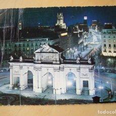 Postales: MADRID - PUERTA Y CALLE DE ALCALÁ. VISTA NOCTURNA (ESCRITA Y CIRCULADA). Lote 194774227