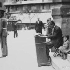 Postales: POSTAL DE LA FOTOGRAFÍA PIANISTA CON NIÑA, DE ALFONSO SÁNCHEZ PORTELA.. Lote 194893776