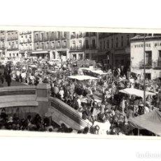 Postales: MADRID.- RIBERA DE CURTIDORES. EL RASTRO. FOTO TAMAÑO POSTAL.. Lote 197182128