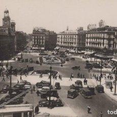 Cartes Postales: POSTAL MADRID PUERTA DEL SOL - 57 MOLINA - CIRCULADA - COCHES DE EPOCA. Lote 199825998