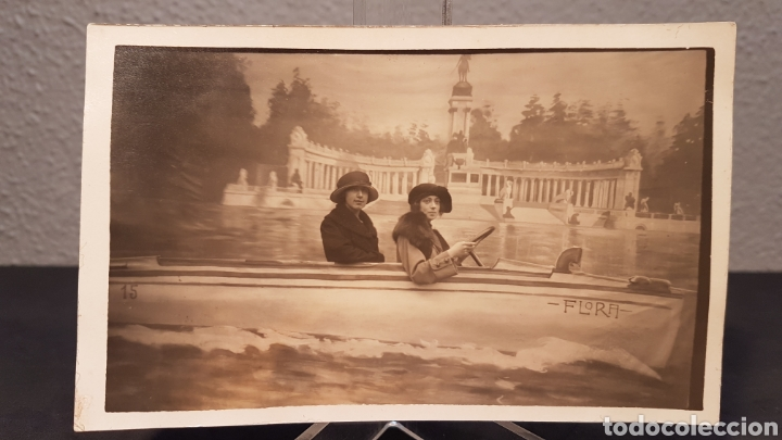 FOTO POSTAL. PAREJA DE MUJERES EN LANCHA EN PARQUE DE RETIRO MADRID. PRINCIPIO SIGLO XX. AÑOS 20 (Postales - España - Comunidad de Madrid Antigua (hasta 1939))