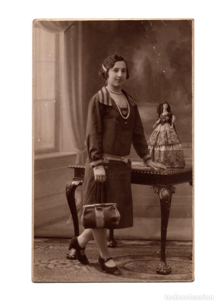 MADRID.- FOTO MUJER CON MUÑECA. POSTAL FOTOGRÁFICA.ELECTRICK J. RUIZ ARIAS. MADRID. (Postales - España - Comunidad de Madrid Antigua (hasta 1939))