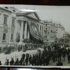 Postales: FOTOGRAFIA DE MADRID, PALACIO DE CONGRESOS DE MADRID, LLEGADA DE AUTORIDADES, GUARDIA DE FRANCO AÑOS. Lote 210646422