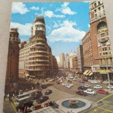 Postales: POSTAL DE MADRID. EDIFICIO DE EL CAPITAL Y AVDA DE JOSÉ ANTONIO. SIN CIRCULAR. Lote 220967586