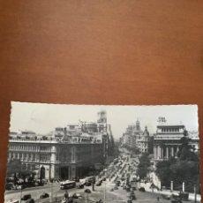 Postales: ANTIGUA FOTOGRAFÍA POSTAL DE MADRID CIBELES Y CALLE DE ALCALÁ - CIRCULADA - AÑOS 60. Lote 221374743