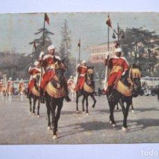 Postales: POSTAL. 20. MADRID. LA GUARDIA MORA DEL GENERALÍSIMO. ED. MAYFE. CIRCULADA.. Lote 222750702
