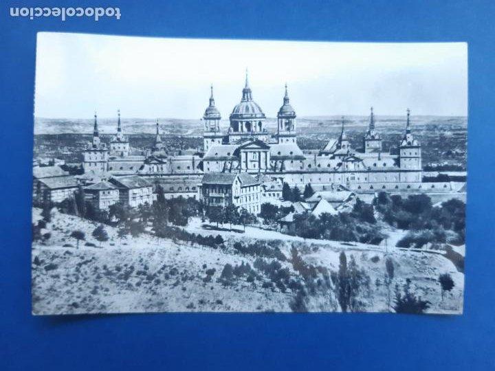 ANTIGUA TARJETA POSTAL MONASTERIO DEL ESCORIAL VISTA GENERAL CIRCULADA CON SELLO 1962 (Postales - España - Madrid Moderna (desde 1940))
