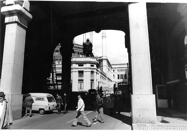 Postales: MADRID. 1970 EDIFICIO DE CORREOS. REPORTAJE FOTOGR´FAICO CON 28 FOTOGRAFÍAS DE 18 X 12,5 CMS. - Foto 27 - 262260295