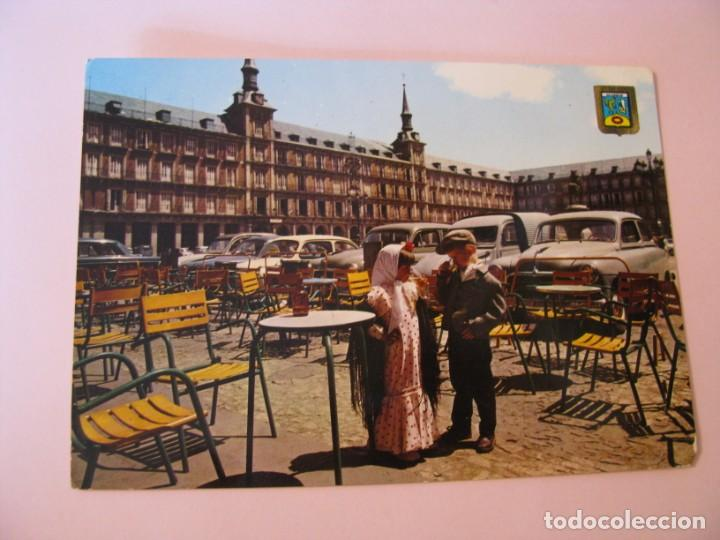 POSTAL DE MADRID. PLAZA MAYOR Y PAREJA TÍPICA. DOMINGUEZ. ESCRITA. 1966. (Postales - España - Madrid Moderna (desde 1940))