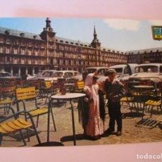 Postales: POSTAL DE MADRID. PLAZA MAYOR Y PAREJA TÍPICA. DOMINGUEZ. ESCRITA. 1966.. Lote 263032580