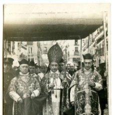 Postais: MADRID. CALLE DE TOLEDO, EL ARZOBISPO EN PROCESIÓN BAJO PALIO, FOTOS GOÑI, POSTAL FOTOGRÁFICA. Lote 264678959
