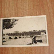Postales: POSTAL UN PASEO POR MADRID VISTA DEL PALACIO REAL DESDE EL PUENTE DE SEGOVIA SIN CIRCULAR. Lote 278755543
