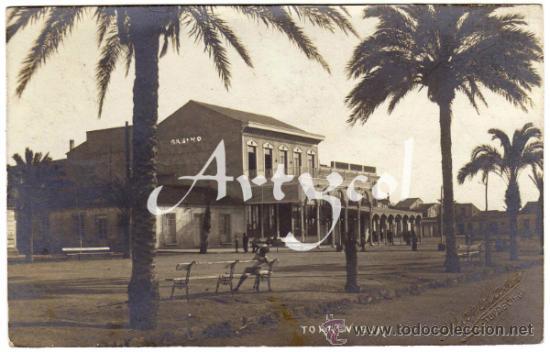 BONITA Y RARA POSTAL - TORREVIEJA (ALICANTE) - VISTA DEL CASINO - AMBIENTADA (Postales - España - Comunidad Valenciana Antigua (hasta 1939))