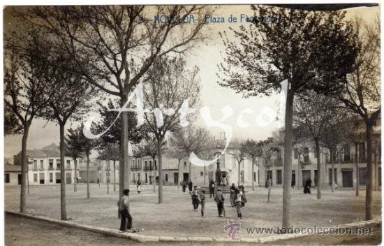 BONITA Y RARA POSTAL - NOVELDA (ALICANTE) - PLAZA DE FERNANDINA - AMBIENTADA (Postales - España - Comunidad Valenciana Antigua (hasta 1939))