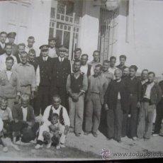Postales: POSTAL FOTOGRAFICA BURRIANA CASTELLON VECINOS CON DOS CAPITANES DE LA ARMADA EDIFICIO DE TELEFONO. Lote 33893341