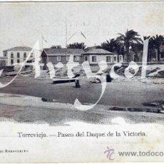 Postales: MAGNIFICA POSTAL - TORREVIEJA (ALICANTE) - PASEO DEL DUQUE DE LA VICTORIA - MUJERES EN LA PLAYA . Lote 39846023