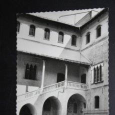 Postales: ANTIGUA FOTO POSTAL DE GANDIA. VALENCIA. PALACIO DEL SANTO DUQUE, PATIO. ED. DARVI. CIRCULADA. Lote 45402438