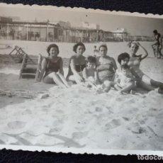 Postales: ANTIGUA FOTOGRAFÍA. PLAYA DE LA MALVARROSA. VALENCIA. FOTO AÑOS 50. . Lote 64157219