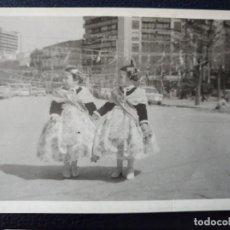Postales: ANTIGUA FOTOGRAFÍA. MASCLETA. FALLAS. VALENCIA. NIÑAS FALLERAS. FOTO AÑOS 50. . Lote 64283687