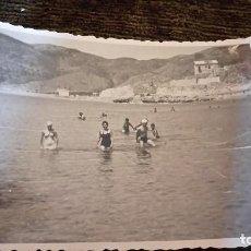 Postales: ANTIGUA FOTOGRAFÍA. GRUPO DE BAÑISTAS. CULLERA. VALENCIA. FOTO AÑOS 50. . Lote 65824350