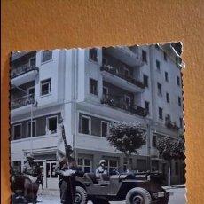 Postales: ANTIGUA FOTOGRAFÍA. COCHE DEL EJÉRCITO Y SOLDADO. VALENCIA. FOTO AÑOS 50 /60.. Lote 69836469