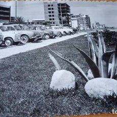 Postales: ANTIGUA FOTOGRAFÍA. GANDIA. VALENCIA. APARCAMIENTOS HOTEL BAYREN. SEAT 600. FOTO AÑOS 50 /60. COCHE. Lote 70373605
